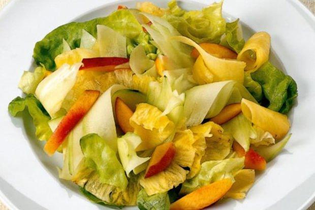 Salatalık, şeftali ve ananas salatası