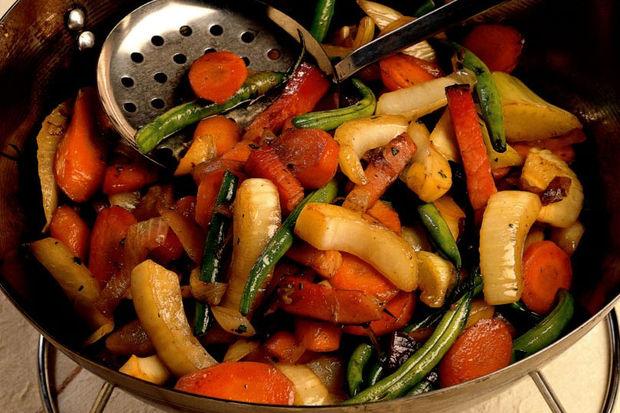 Wok'ta karışık sebzeler