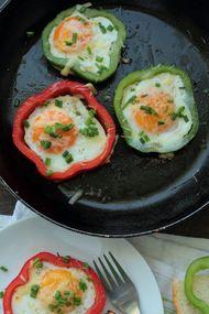 Omlet, közlenmiş kırmızıbiber ve soğan sote ile