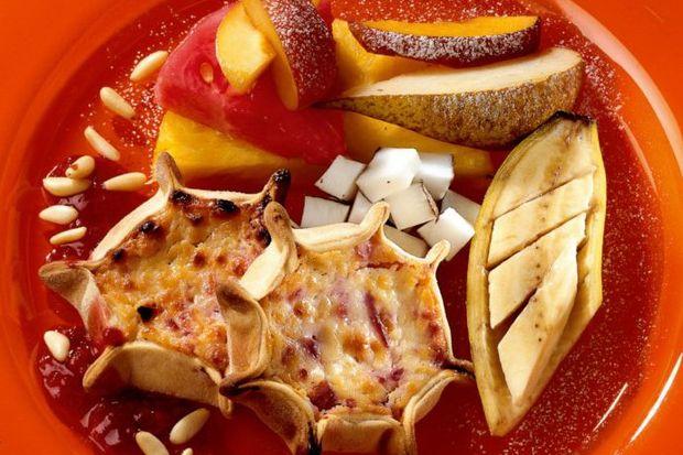 Ricotta peynirli ve karışık meyveli hamur sepetleri