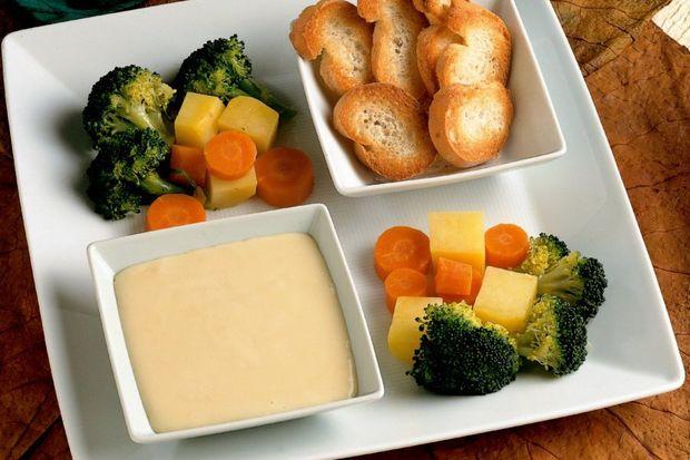 Peynir fondü, sebzelerle