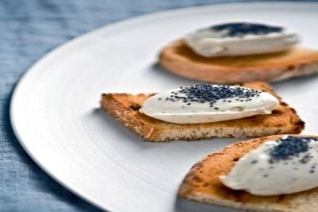 Aromatik otlarla çeşnilendirilmiş krem peynir