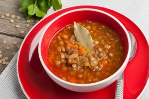 Domatesli yeşil mercimek çorbası - Bu çorbaya defne yaprağı ile farklı b...