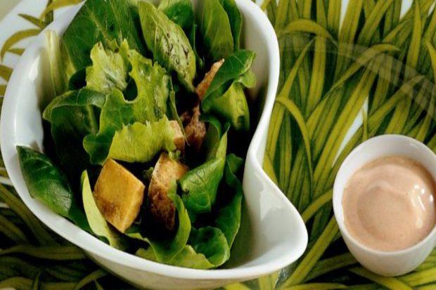 Kızartılmış tofu ve yeşillik