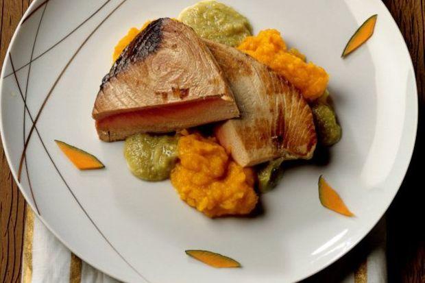 Tuna balığı, balkabağı püresi ve roka salsa