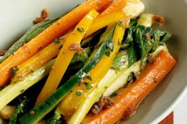 Sarımsaklı jülyen sebzeler