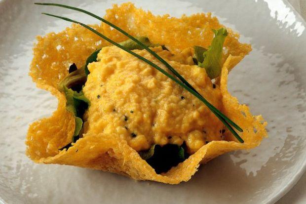 Kıtır parmesan sepetinde frenksoğanlı çırpılmış yumurta