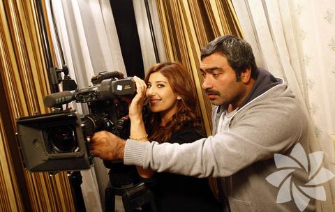 """Şebnem Bozoklu, """"Eğer kamera arkasında çalışsaydım, görüntü yönetmeni olmak isterdim"""" diyor. Ardından da alıyor yanına dizinin görüntü yönetmeni Refik Çakar'ı ve objektife gülümsüyor."""