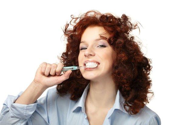 Yemekten hemen sonra diş fırçalamak zararlı mı?