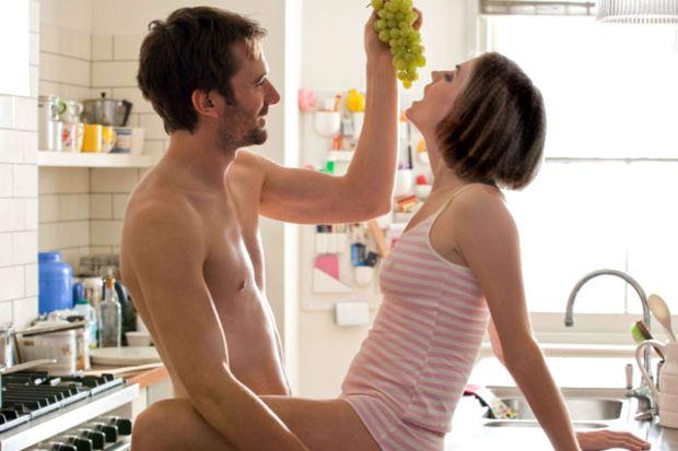 Eşiniz ya da sevgiliniz evin yolunu bulamıyor mu? Onu eve bağlayacak 5 öneri ...