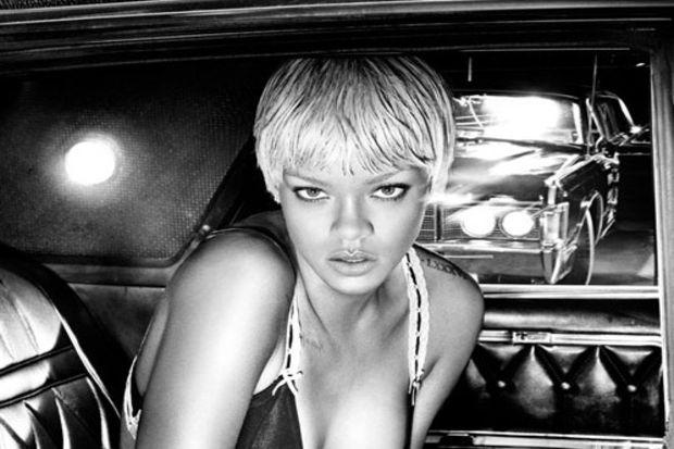 Rihanna, Armani için tasarladığı yeni koleksiyonu için kamera karşısına geçti!