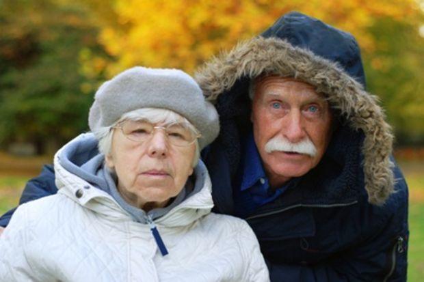İğneye iplik geçiren Parkinson hastasının yüzü gülüyor