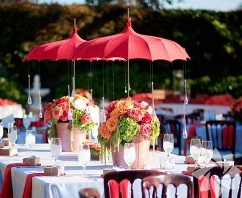 Şemsiyeleri süsleyerek masa dekorunda kullanabilirsiniz.
