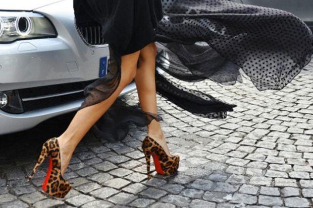 Tabanlar Christian Louboutin imzalı ayakkabılarla kırmızıya boyanıyor