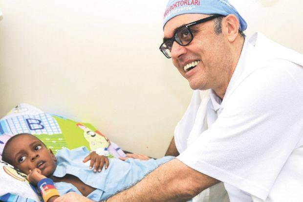Rektör Söylet, Kenyalı 24 çocuğu ameliyat etti