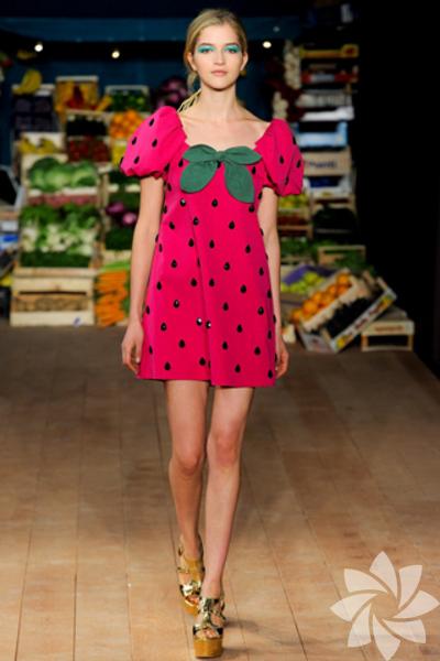<p>Moschino Cheap and Chic 2012 İlkbahar/Yaz Koleksiyonu</p>