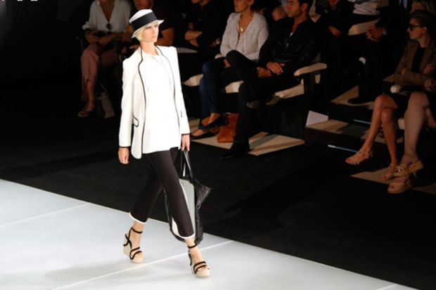 Emporio Armani 2012 İlkbahar/Yaz Koleksiyonu siyahla beyazı birleştiriyor