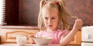 Sevgi görmeyen çocuk yemek yemiyor!