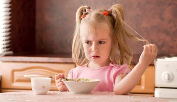 Sevgi görmeyen çocuk yemek yemiyor