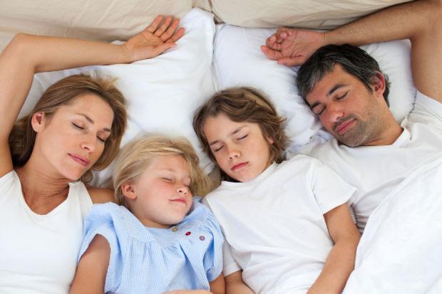 Çocuğunuzun ailesiyle birlikte uyumasının 5 faydası!
