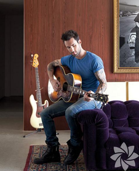 <p>Ünlü müzik grubunun yakışıklı solisti Adam Levine Los Angeles'ın Hollywood Hills bölgesindeki evi boydan boya şarkıcının tarzını yansıtıyor.</p>