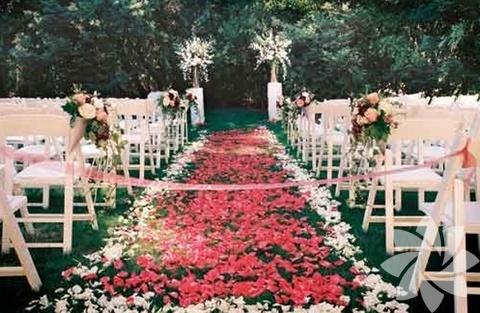 Şık beyaz sandalyelerin, şık ve sade çiçeklerin süslediği kır düğünlerinde bu sene öne çıkan ise Country(kasaba) tarzı oluyor.