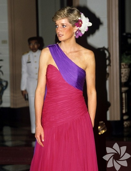 Tüm dünyada bilinen Diana stilini yaratan prenses her zaman şık ve zarif görünmeye özen gösterirdi.