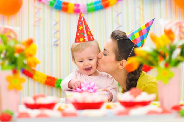 1 yaşına giren bebeğiniz için 8 doğum günü önerisi!