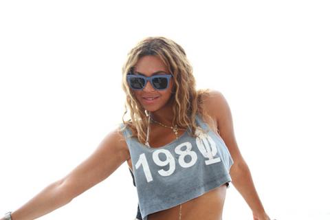 <p>Dünyaca ünlü şarkıcı Beyonce kendi internet sitesinde sevenlerine ilginç bir sürpriz yapıyor.</p>