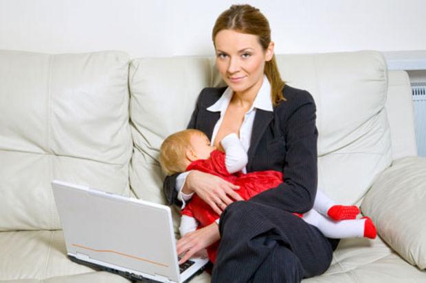 Emziren anneler daha az kazanıyor!