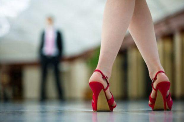 Orgazm olan kadın yaylanarak yürüyor!