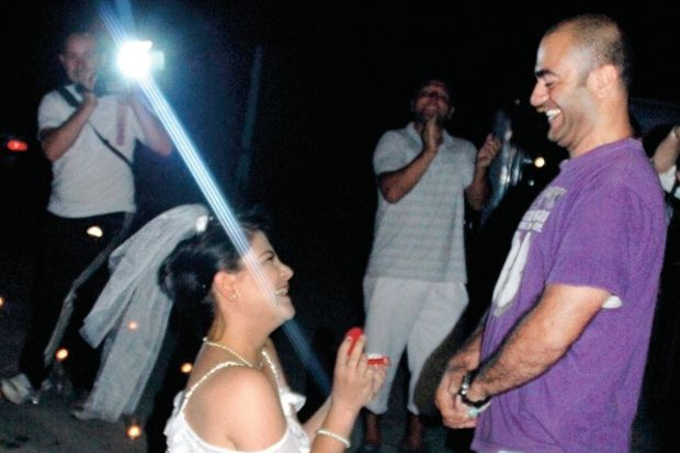 Genç kız, diz çöküp sevgilisine evlenme teklif etti