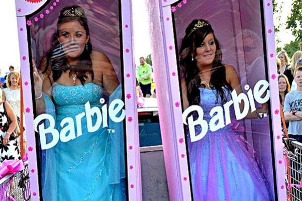 Genç kızlar mezuniyet balolarına Barbie kutularında gitti!