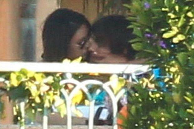 Ashton ve Mila öpüştü!