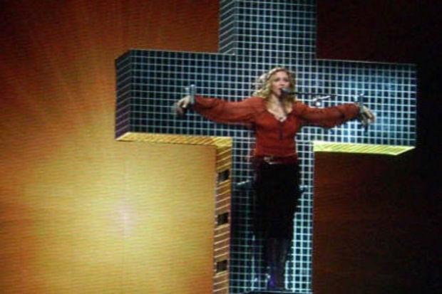 """Fahişe Madonna ya haçı bırak ya don giy!"""
