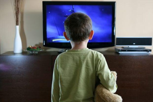 Çocuğun 12 bin saati okulda 18 bin saati TV başında geçiyor!