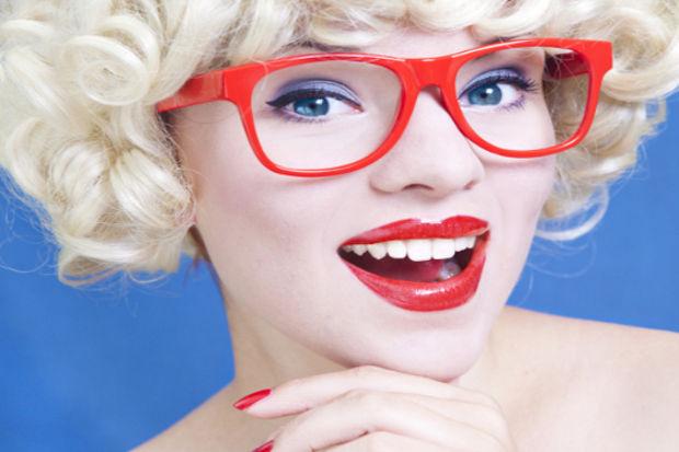 Gözlük takan kadınlar için 17 makyaj önerisi!