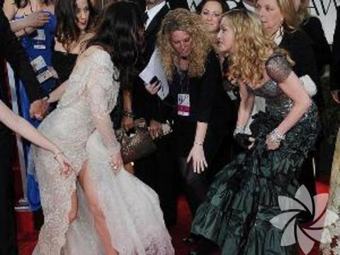 Madonna, Jessica Biel'in elbisesine basıyor...