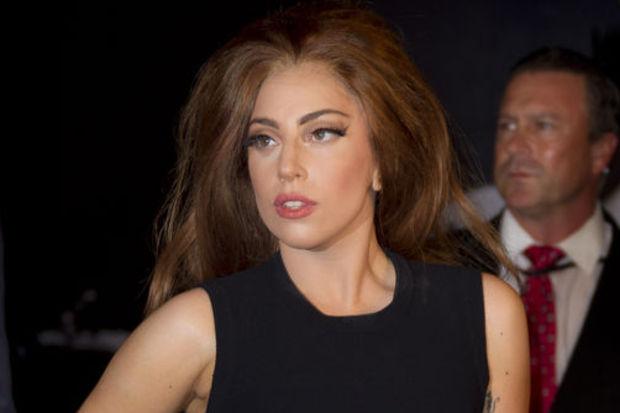 Reddedilen Gaga Twitter'dan azarladı!