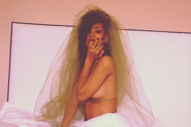 Rihanna üstünü çıkardı!