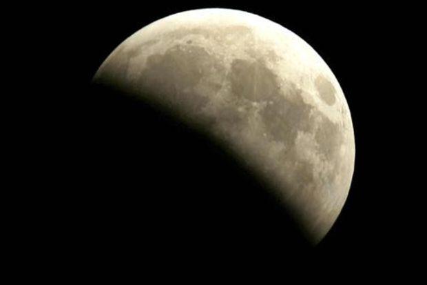 Dikkat! Bugün saat tam 14.00'da Ay tutuluyor...