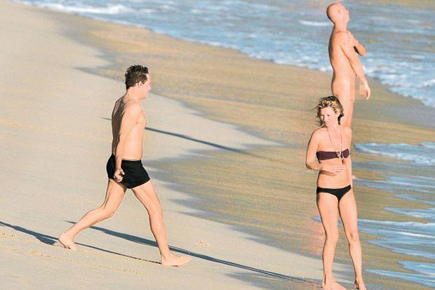 Çıplaklar plajında aşk tatili!