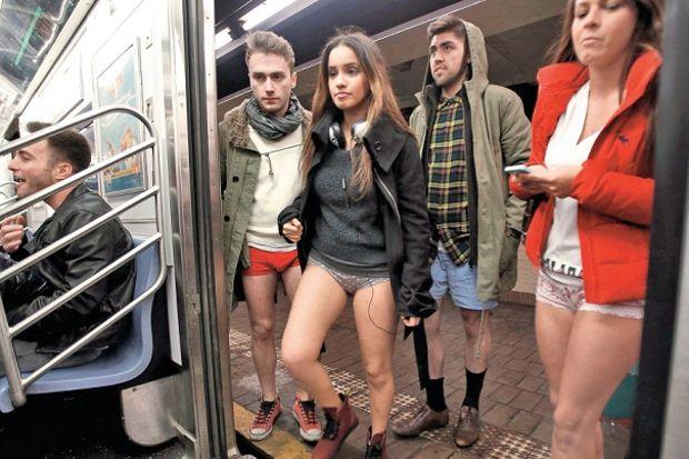 Dünya metroda pantolonsuz, İstanbul giyinik seyahat etti!