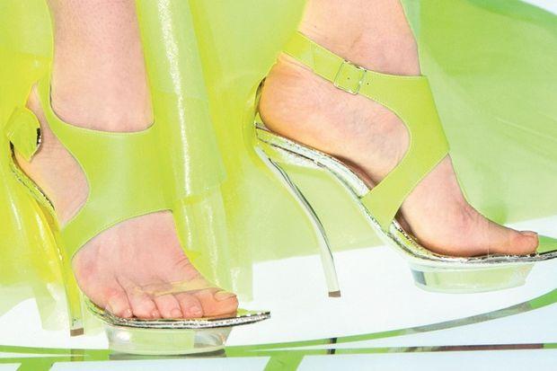 Şeffaf bantlı ayakkabılar!