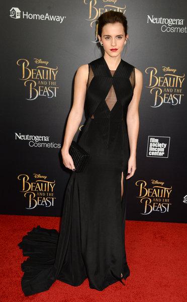 Siyah elbisesiyle kırmızı halıda uzun süre poz veren Watson'ın rol arkadaşı Dan Stevens ise geceye eşi Susie Hariet'le birlikte katıldı.