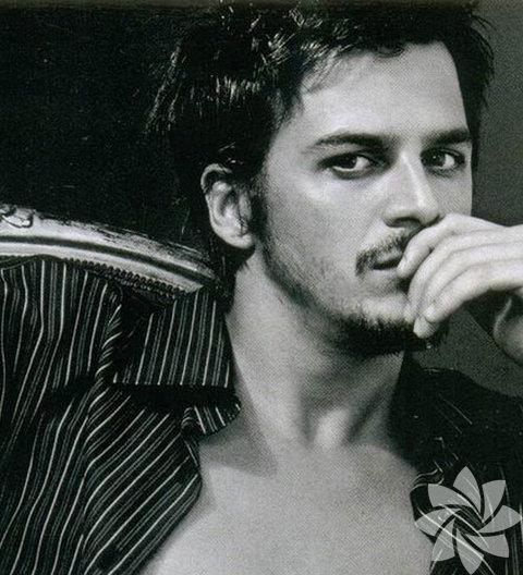 Yakışıklı oyuncu Mehmet Günsür...