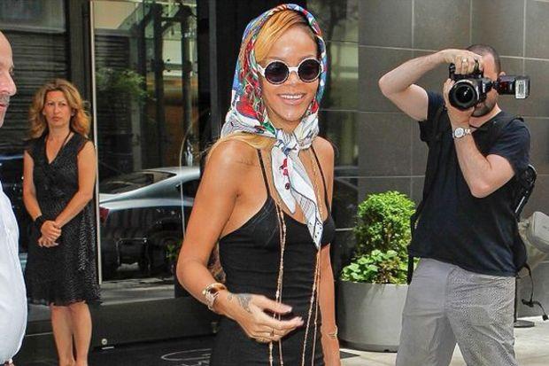 """Rihanna: """"Öpmek için beni ara!"""""""