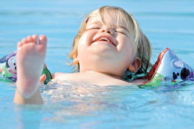 4 yaş altı çocuklarınızı havuza değil, denize sokun!