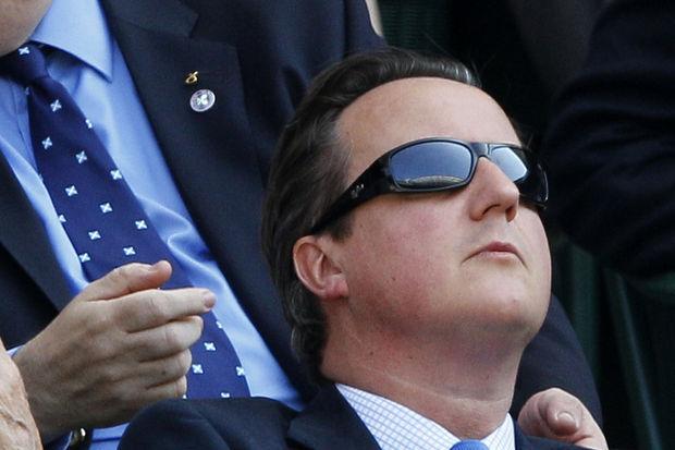 Çakma gözlüklü başbakan!