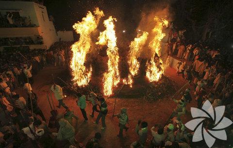 Halk, Holi festivalinin birinci gününde yaktığı ateşle kötü ruhlardan arınıyor ve iyiliği kutluyor.